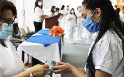 La Escuela de Enfermería recibe nuevamente a sus estudiantes en la ceremonia del Traspaso de la Luz